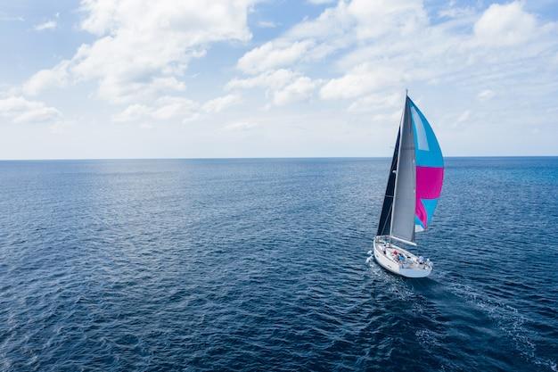 Weiße segelschiffyacht auf see. luftdrohnenansicht des segelboots