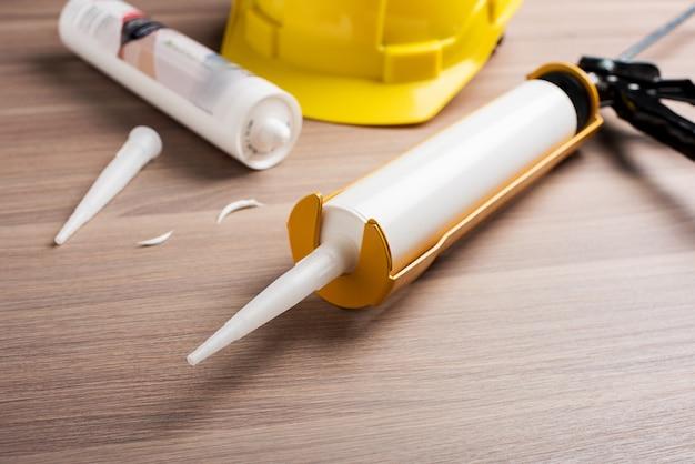 Weiße silikondichtmittelpatrone auf dem tisch