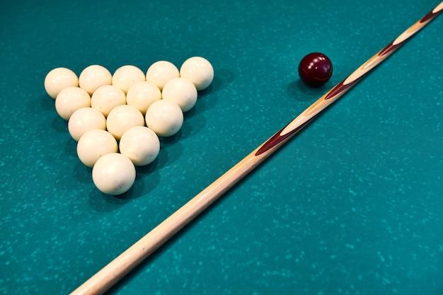 Weiße snooker-bälle und queue auf dem snooker-tisch. billard sportspiel konzept