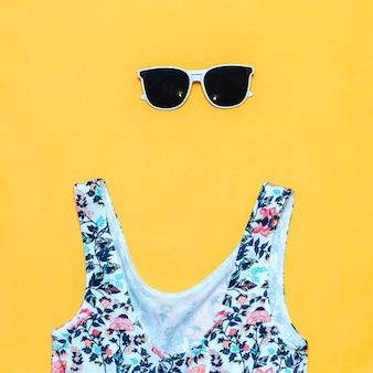Weiße sonnenbrille und badeanzug
