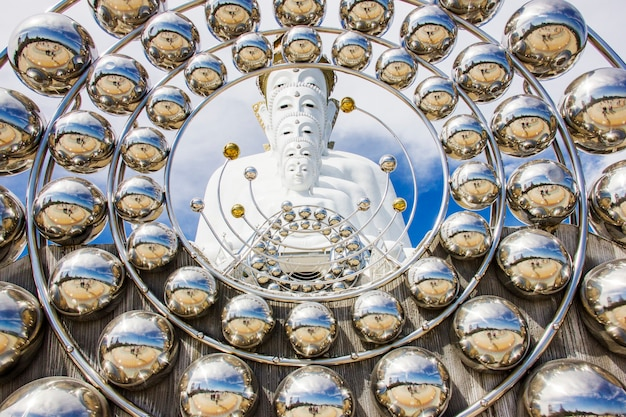 Weiße statue von fünf lord buddha bei wat pra tat son kaew, petchaboon-provinz, thailand