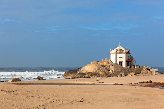 Weiße steinkapelle auf einer portugal-küste