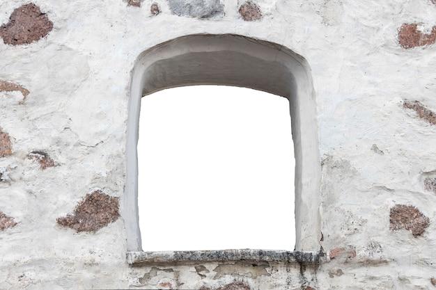 Weiße steinmauer mit einem loch in der mitte. isoliert auf weißem hintergrund. fenster in der wand. foto in hoher qualität