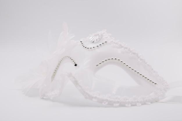 Weiße stilvolle karnevalsmaske