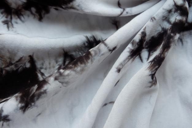 Weiße stoffhintergrundbeschaffenheit mit braunen musterelementen, schöner stoff für tapeten