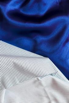 Weiße streifenmustergewebe auf glattem samtstoff