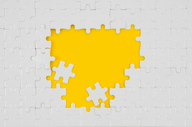 Weiße stücke der draufsicht des puzzlespielideenkonzeptes