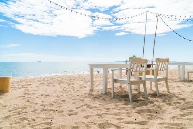 Weiße Stühle Und Tisch Am Strand Mit Blick Auf Blauen