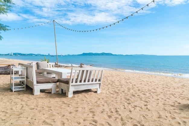 Weiße stühle und tisch am strand