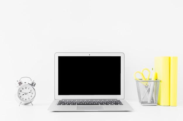 Weiße tabelle mit laptop und notizbüchern