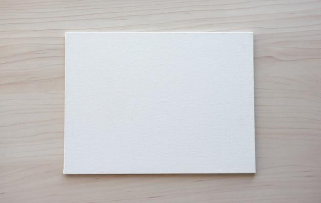 Weiße tafel mit händen für kopierraum. schulbürobedarf auf hölzernem hintergrund. zurück zum schulkonzept. draufsicht bereit für ihr design.