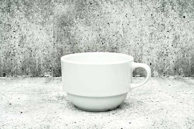 Weiße tasse auf hellem hintergrund