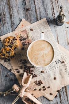 Weiße tasse cappuccino mit zimt