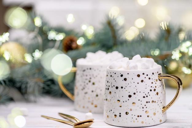 Weiße tasse cappuccino oder kakao mit weihnachtsbaum