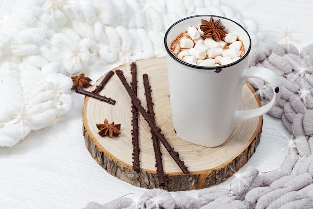 Weiße tasse heißen kakao mit marshmallows