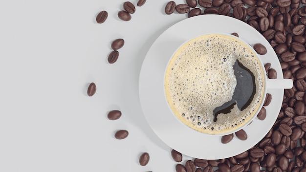 Weiße tasse kaffee auf weißem hintergrund