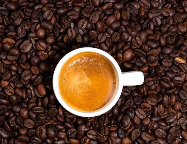 Weiße tasse kaffee gerade fertig