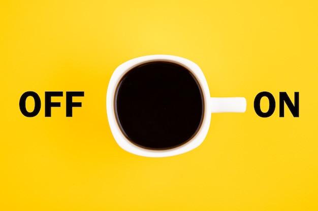 Weiße tasse kaffee ist eingeschaltet. konzept auf gelbem grund.