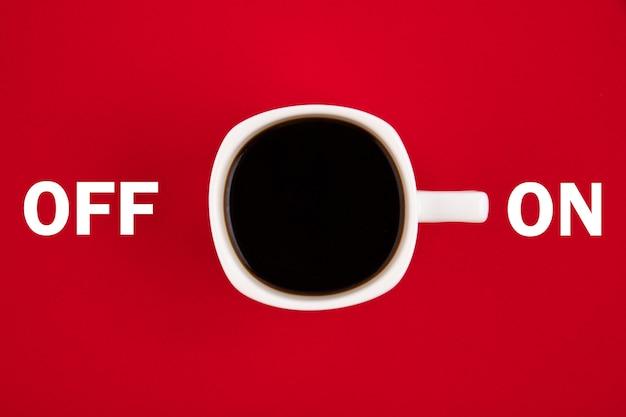 Weiße tasse kaffee ist eingeschaltet. konzept auf rotem grund.