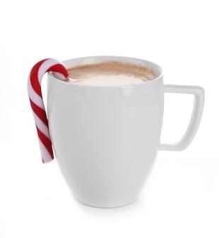 Weiße tasse kakao mit weihnachtssüßigkeiten, isoliert auf weiß