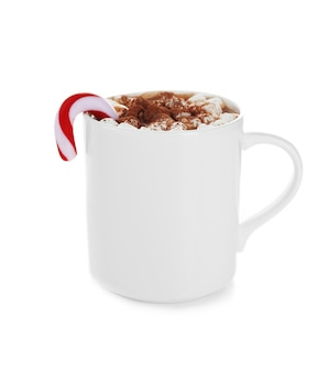 Weiße tasse kakao mit weihnachtssüßigkeiten und zephyr, isoliert auf weiß