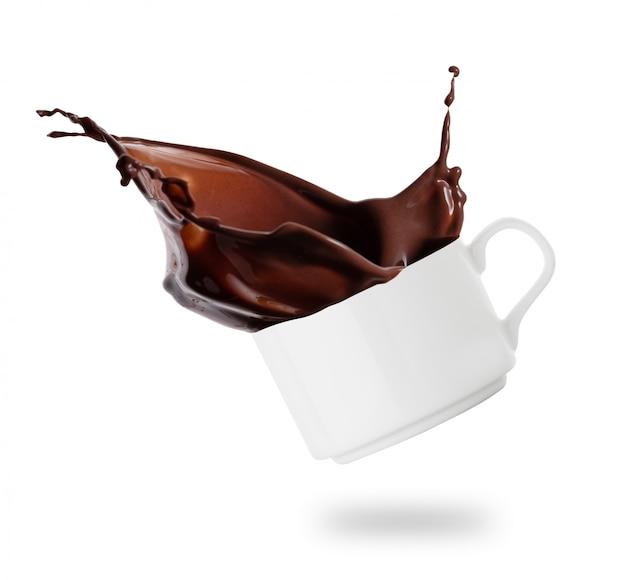Weiße tasse mit einem schuss schokolade