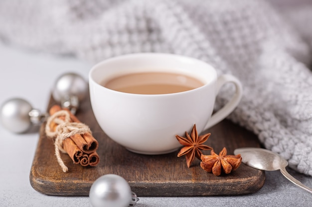 Weiße tasse mit kaffee und marshmallow, pullover, zimt