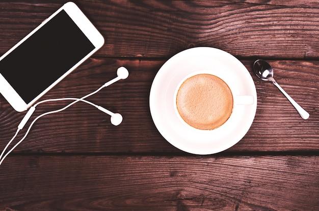 Weiße tasse mit kaffee und schaum