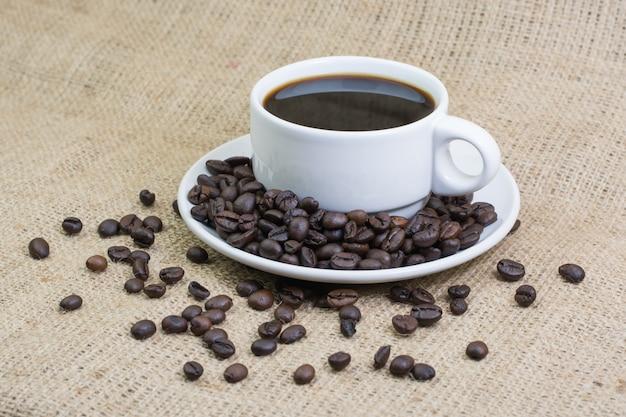 Weiße tasse mit kaffeegetränk o