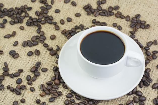 Weiße tasse mit kaffeegetränk