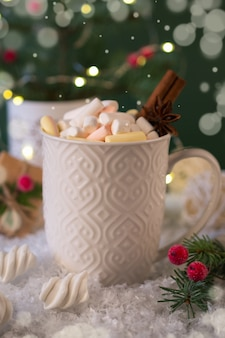 Weiße tasse scharfes weihnachtsgetränk und neujahrsdekorationen.