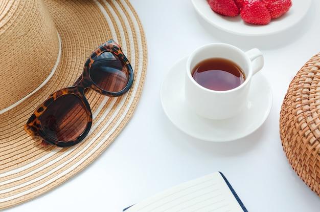 Weiße tasse schwarzen tee