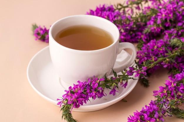 Weiße tasse tee mit ivan-kräutern kräutertee aus fermentierten weidenröschen