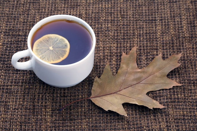 Weiße tasse tee mit zitrone und kräuter