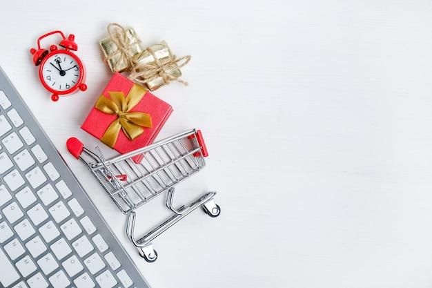 Weiße tastatur mit roter uhr, laufkatze und geschenk