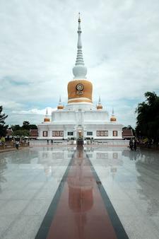 Weiße thailändische pagode in wat pra tad na dun