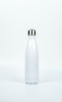 Weiße thermosflasche mit sportdesign auf weißem hintergrund mit kopienraum