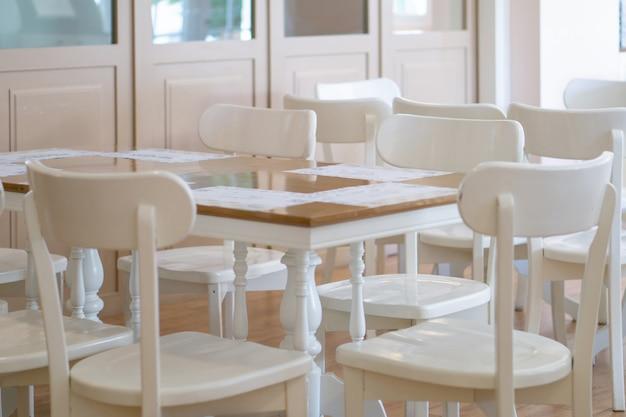 Weiße tische und stühle in einem restaurant