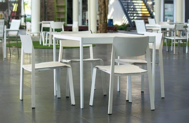 Weiße tische und weiße stühle.
