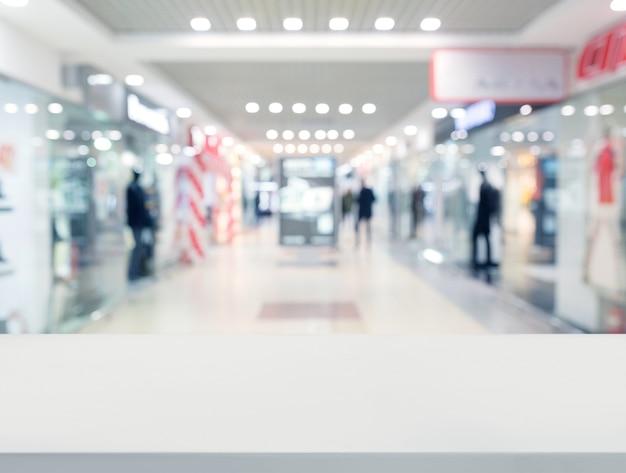 Weiße tischplatte vor einkaufszentrum