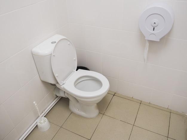 Weiße toilette im badezimmer. kommerzielles badezimmer.