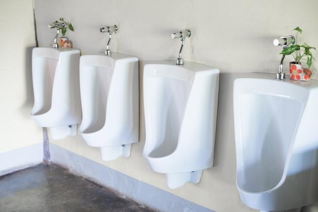 Weiße toiletten in der öffentlichen männertoilette