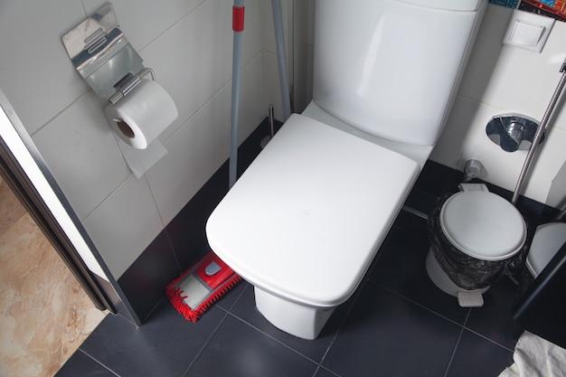 Weiße toilettenschüssel auf der toilette.