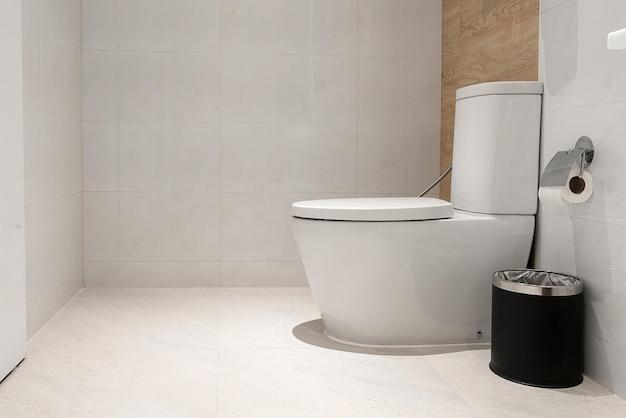 Weiße toilettenschüssel im badezimmer