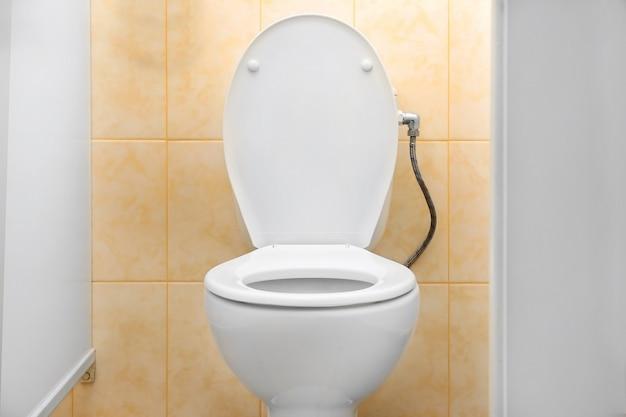 Weiße toilettenschüssel in einem badezimmer