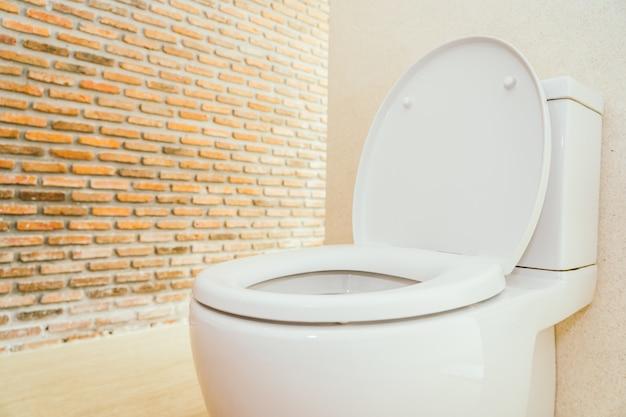 Weiße toilettenschüssel und sitz