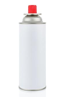 Weiße tragbare gasflasche für tragbare gasgeräte mit geschlossener roter kappe lokalisiert auf weißem hintergrund