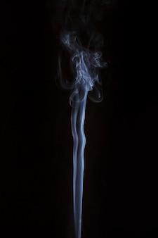 Weiße transparente rauchspur auf dunklem hintergrund