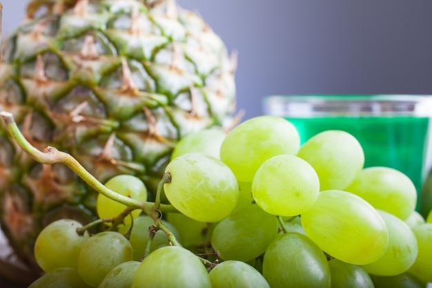 Weiße trauben und ananas