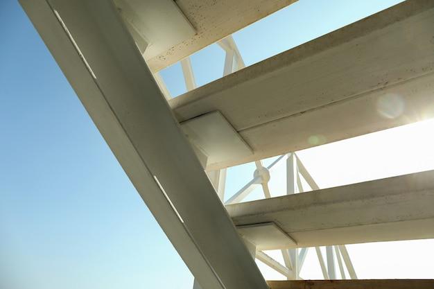 Weiße treppe im sonnigen tag gegen blauen himmel